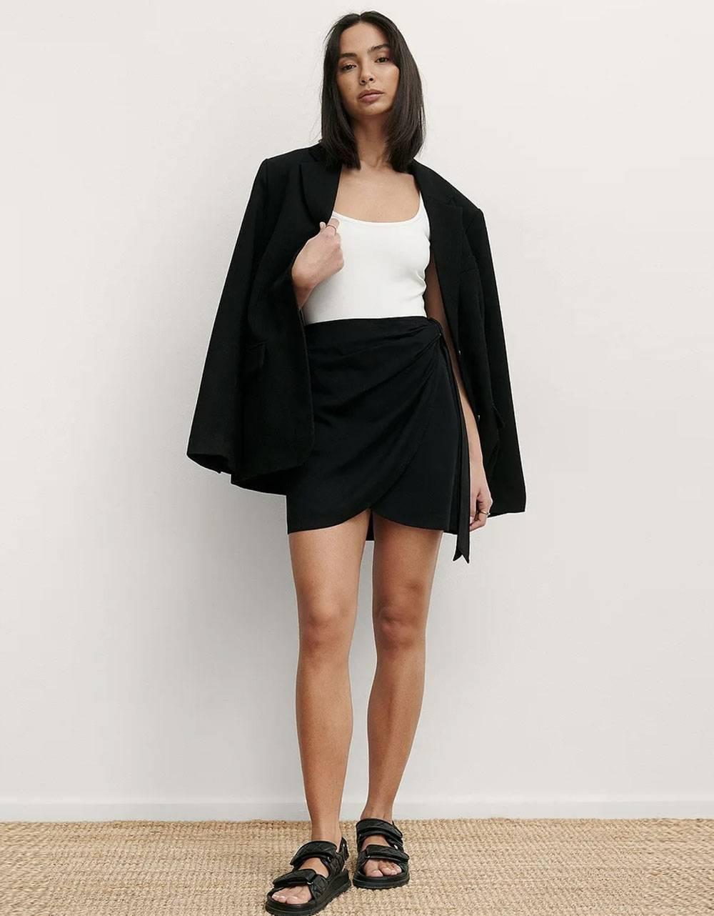NA-KD overlap side knot mini skirt - black NA-KD Skirt 40,98€